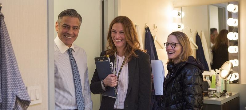 George Clooney (Lee Gates, lijevo), Julia Roberts (Patty Fenn, u sredini) i redateljica Jodie Foster na setu IGRE NOVCA