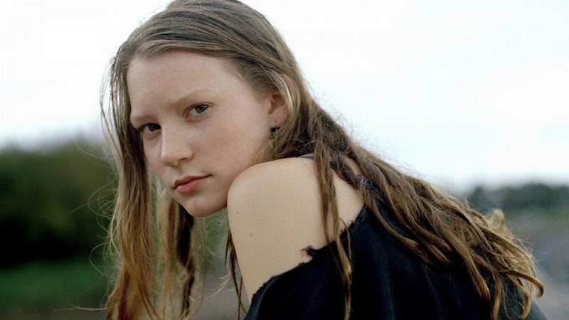 Mia Wasikowska (Piercing) [St]